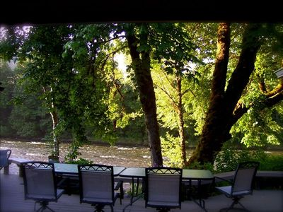 Outdoor Dining on the 2,000 sq. foot deck on Mckenzie River