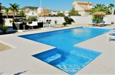 Stunning Modern Villa, UK TV, WIFI, Aircon, Private Designer Pool & Golf Course