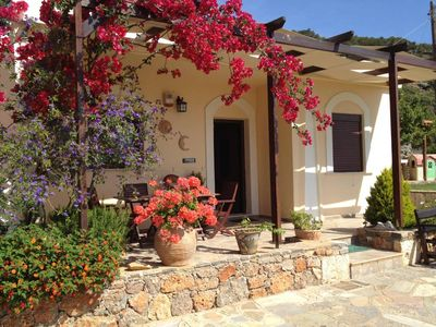 Agios Nikolaos: Fissi villas Agios Nikolaos, traditional houses ideal for families and groups of friends.Huge garden and magnificent sea view.