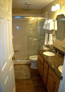 Second bathroom adjacent to golf bedroom