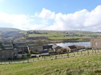RESERVOIR VIEW, pet friendly, with open fire in Oxenhope, Ref 905125