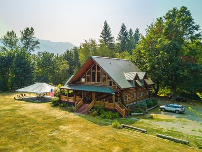 10 bedrm Lodge on 10 view acres, sleeps 29 in beds, hiking trails to Lake, Falls