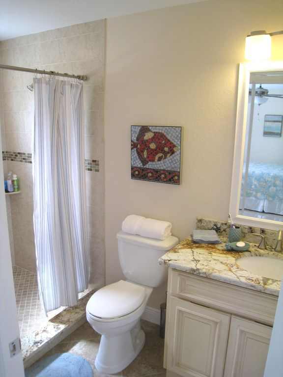 East - Master Bath w. Huge Walk-in Shower