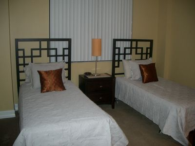 2nd Bedroom: 2 Twin Beds