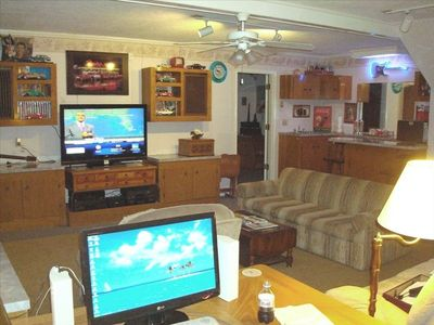 Den, Bar, widescreen TV, wireless Internet