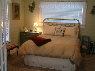 McCloud house rental - Downstairs Bedroom - One Queen Bed