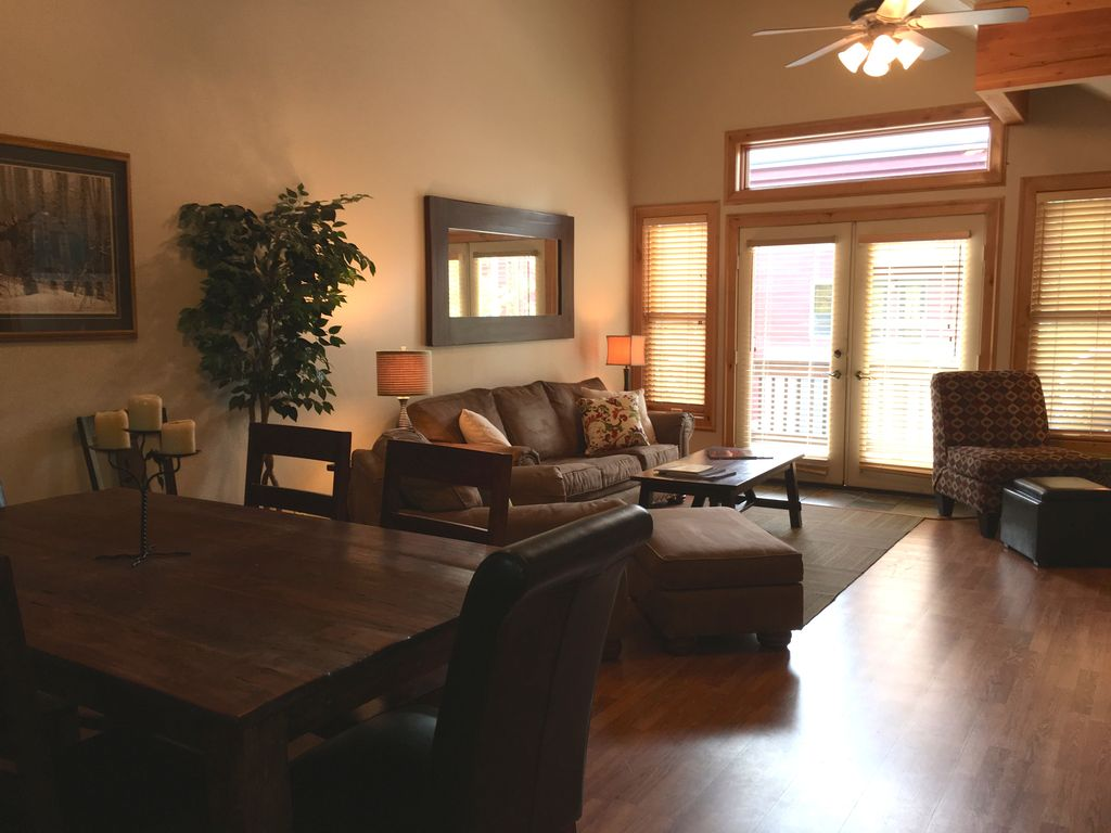 Amazing location great deals walk to pcmr vrbo for Living room upstairs