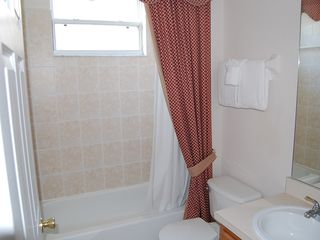 Westbury house photo - First floor bath near twin bedroom