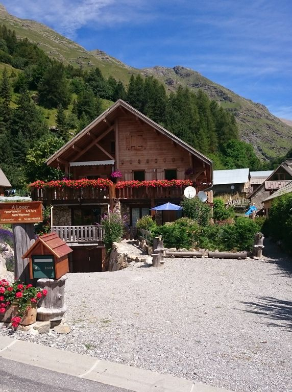 Spacious, ground floor in a chalet with superb views of the Réallon Valley