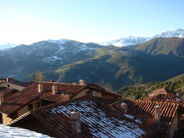 Casa rooftops and mountains beyond