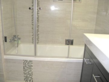 Modern bath tub & glass shower