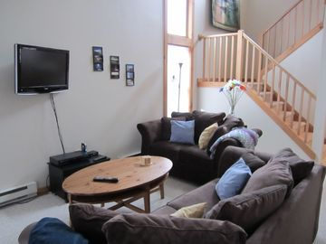 Tannersville townhome rental - Living room with vaulted ceilings