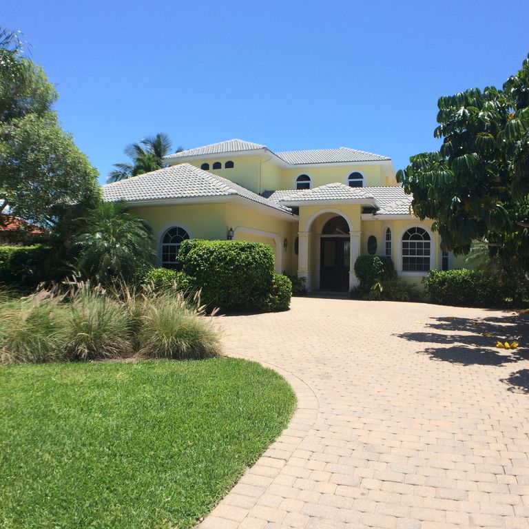 NEW! Luxurious 4BR/4Ba Villa, large Pool & Garden by the Naples Beach Hotel !
