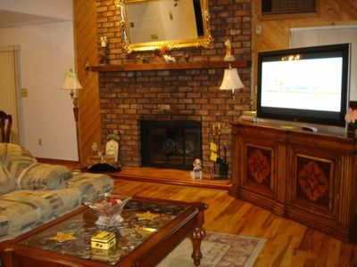 Living Room has HUGE HDTV, FREE WIFI, 3 FIREPLACES IN THE HOUSE