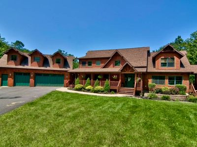 Luxurious secluded log cabin in Northern Pocono.  Great family retreat home!