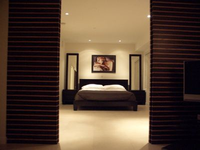 Bedroom with king bed & luxury Simmons mattress