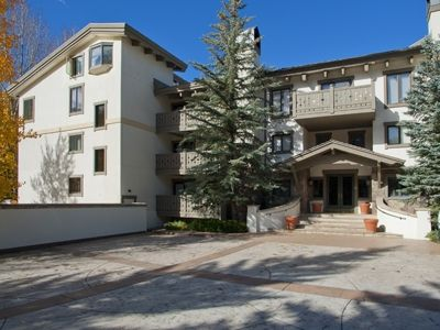 Vail Village, remodeled, walk to slopes, shops & dining, heated pool