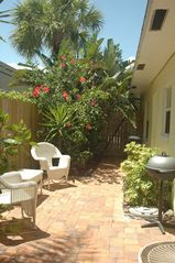 Pompano Beach apartment photo - Pretty side yard