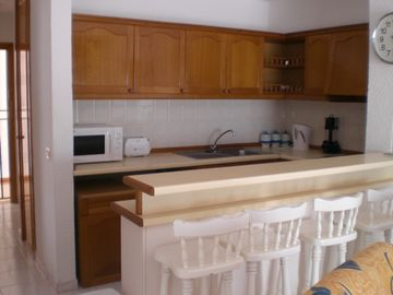 Well equiped Kitchen & Breakfast Bar