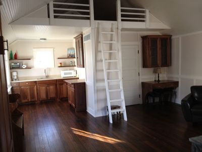 Renovated Coach house- wall bed, full bath, dining room, great living room space