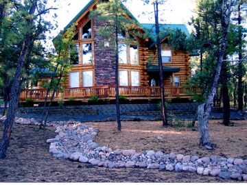 Pinetop cabin rental - Front view of our log home