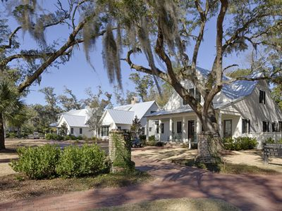 The Magnolia Cottage: Two First Floor Master Suites + Private Sleeping Upstairs