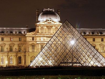 Located 10 minutes walk from Le Louvre