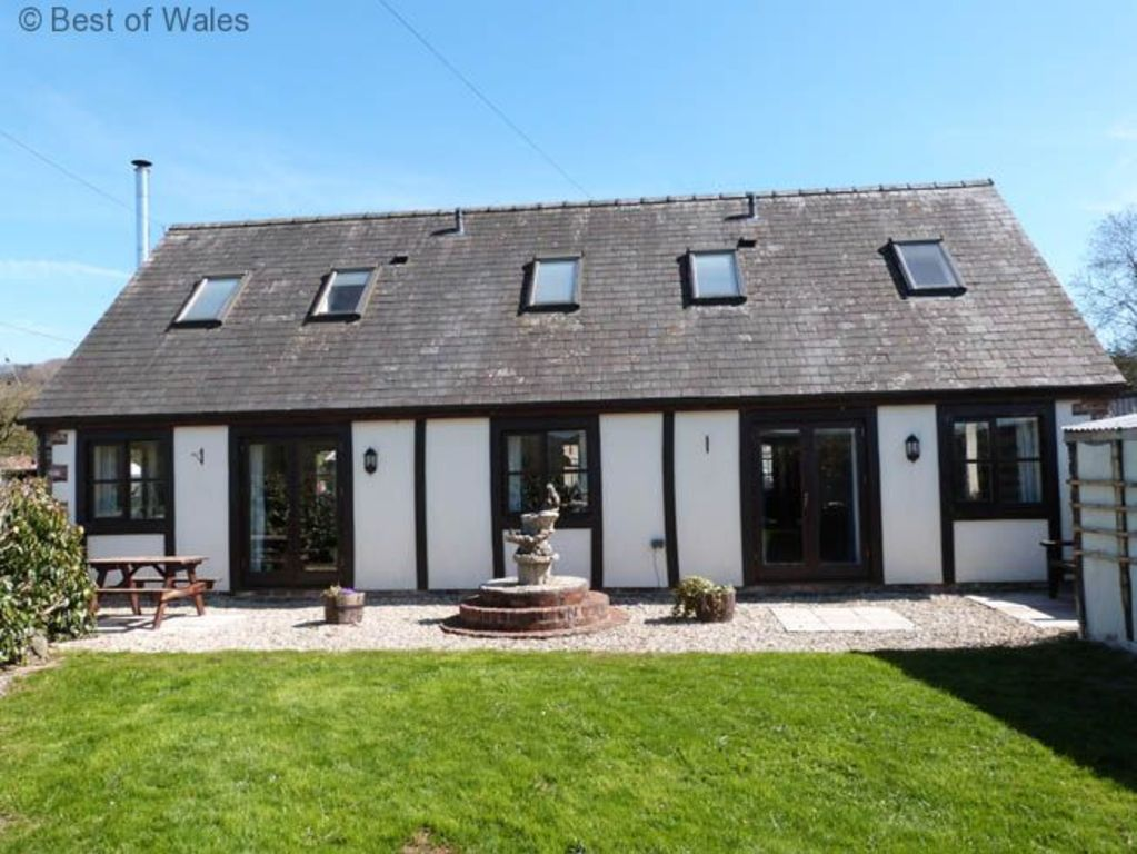 Bwthyn Efyrnwy: Farm Holiday in a Cosy Cottage with Woodburner, Games