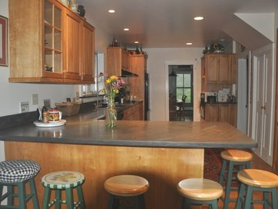Kitchen - seating area for 6 persons - Vermont slate stone countertops