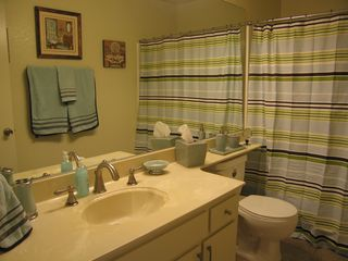 Palm Springs condo photo - Nicely decorated guest bath with shower and tub