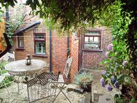 9 OVERTON BANK, family friendly, with a garden in Leek , Ref 4032