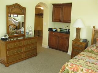Belmont Towers Ocean City townhome photo - Master bedroom w/ breakfast bar and walk in closet