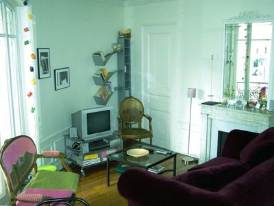 The cosy and lightful lounge ideal to relax after a day-walk in Paris