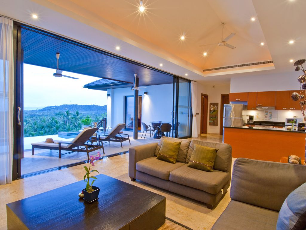 3 bed 3 bath luxury homes with pools and homeaway for Living room view