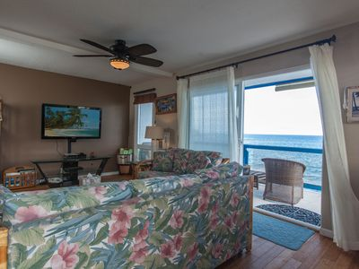 Living room with ocean view. HD TV and A/C plus High speed WIFI.