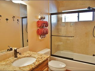Big Sky townhome photo - 2nd Full Bathroom Between Bedrooms 2 & 3