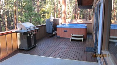 Huge private main deck with 7 person hot tub w/easy open hinge and BBQ grill