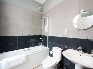 Edinburgh apartment photo - En suite bathroom