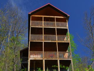 Wears Valley cabin photo - Smoky Mountain Cabin: 3 Bedroom Suites. 3 Levels, 3 Decks, SECLUDED LOCATION!