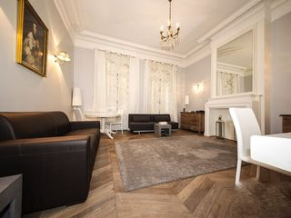 7th Arrondissement Eiffel Tower apartment photo - Spacious Living room