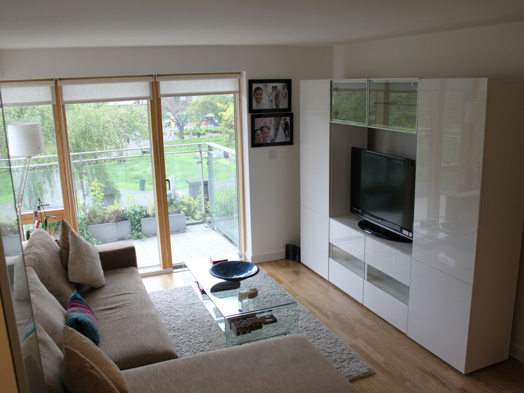 Cosy and modern london flat steps away homeaway southwark - Modern apartment living room ...
