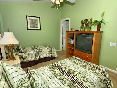 "Twin bedroom w/ ensuite bathroom, ceiling fan, 32"" tv & XBox 360"