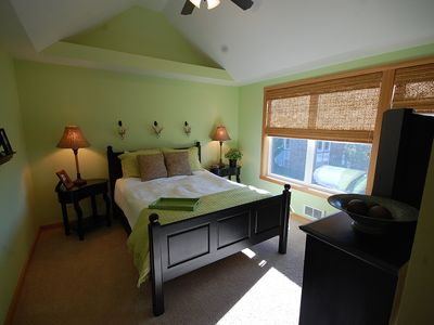 Master bedroom, queen bed