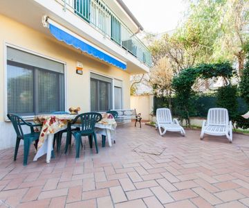 Beautiful Villa 50 metres of the sea, with 2 appartments.Total 15 beds