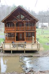 Beautiful creekside cabin nestled in the mo vrbo for Creekside cabins in pigeon forge tn
