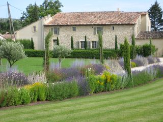 Front Lawn driveway entry - Gordes farmhouse vacation rental photo