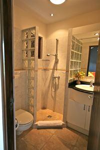 Guest room ensuite bath