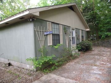 Pickwick Lake bungalow rental - Front of the lake house with cobblestone wall