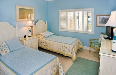 Sanibel Island condo rental - Guest bedroom with two twin beds, flat panel TV