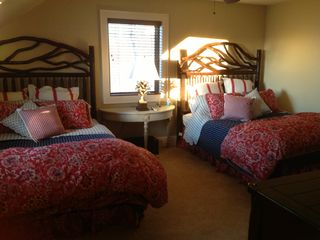 Franklin lodge photo - Second floor bedroom has 2 queen beds, en suite bathroom, walk in closet & TV.